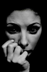 las personas con trastornos de ansiedad con frecuencia tienen preocupaciones y miedos intensos, excesivos y persistentes sobre situaciones diarias.